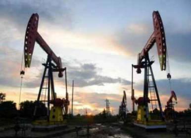 النفط يرتفع وسط دلائل على شح المعروض خلال الأشهر المقبلة
