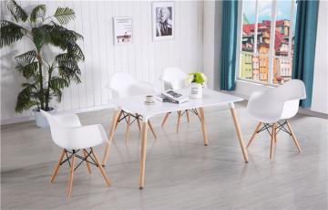 أكبر تشكيلة طاولات خشب وكراسي بأشكال وألوان متعددة