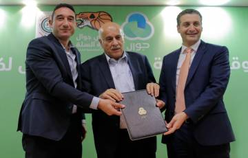 الرجوب يوقع اتفاقية مع جوال لرعاية الاتحاد الفلسطيني لكرة السلة