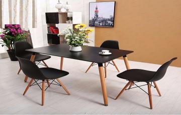 طاولات وكراسي بألــوان متعــددة