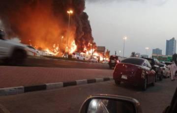 شاهد: حريق ضخم في سوق عجمان الشعبي بالإمارات