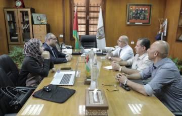 """بلدية غزة تبحث مع """"الأشغال"""" تنفيذ مشاريع جديدة بالمدينة"""