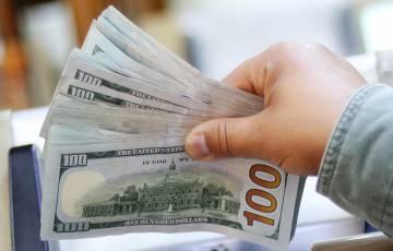 الدولار يقفز لأعلى مستوى منذ أسابيع