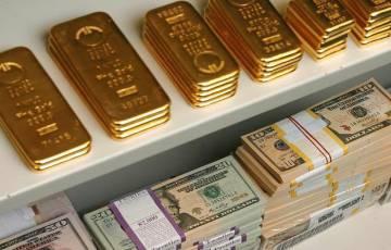 الذهب ينخفض والدولار يرتفع