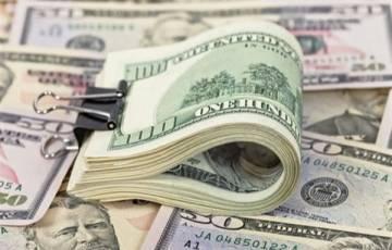 """الدولار يرتفع لأعلى مستوى في عدة أشهر.. و""""بيتكوين"""" تهبط 3.7%"""