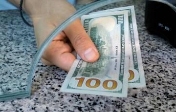 الإقبال على المخاطرة يدفع أسعار الدولار إلى تحقيق ثاني مكسب أسبوعي